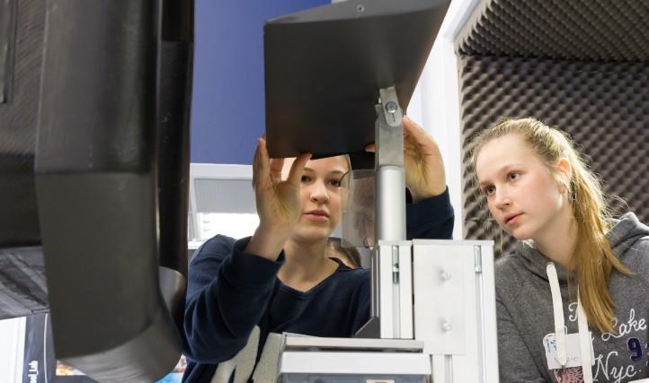 Untersuchung eines Tragflächenprofils im Windkanal. Credit: DLR