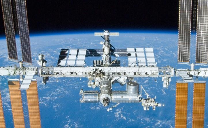 Die Internationale Raumstation hat große Solarpanels zur Stromerzeugung. Bild: NASA