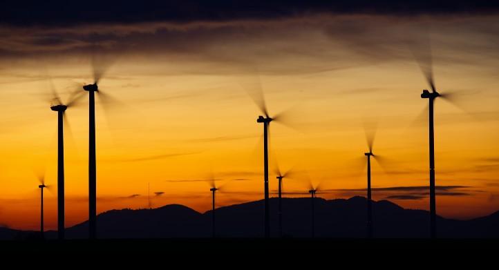 """Windkraftanlagen – einer unserer heutigen """"Stromlieferanten"""". Bild: pixabay_freecomon"""