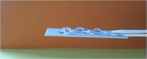 Ein Aluplättchen mit einer wasserabweisenden Oberfläche. Bild: TU Dresden, J. Hahn