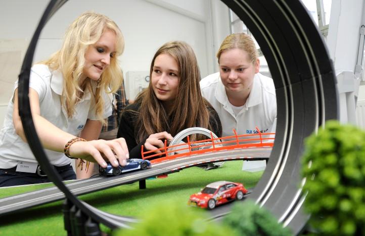 Bei einem Autorennen treten die Superkondensatoren gegen Elektrolytkondensatoren an. Welches Auto wird die Nase vorn haben? Bild: Technische Sammlungen Dresden/Eckold