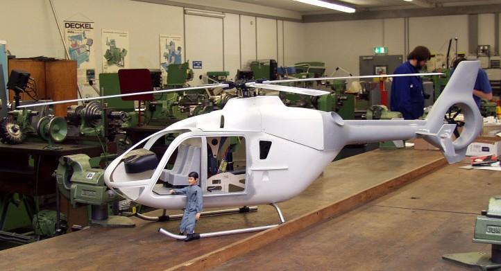 Bau des Hubschraubers in der Ausbildungswerkstatt. Credit: DLR