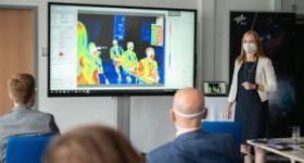 Dr. Carolin Altmann, Leiterin des DLR_School_Lab, begrüßt die Industrievertreter im DLR_School_Lab und setzt dabei gleich mal die Wärmebildkamera ein.