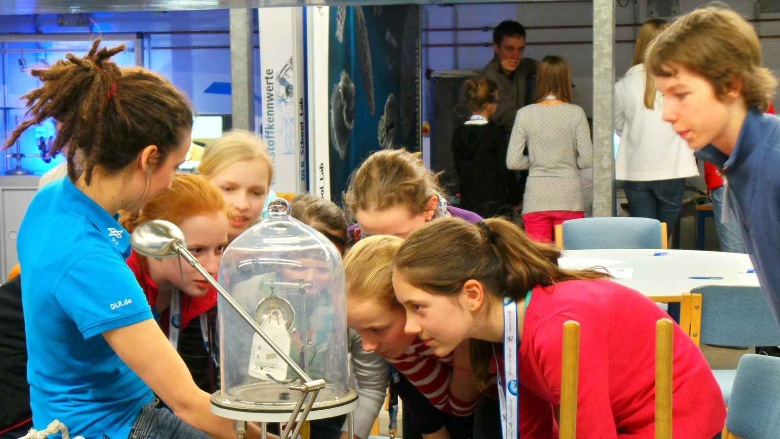 In our DLR_School_Lab Cologne, hands-on experiments are dealing with vacuum, weightlessness and other exciting phenomena.