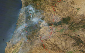 Forest fires in Portugal in 2005. No smoke without fire. But if you superimpose an infrared picture on the satellite image, you can see that there are fires with very little smoke (light red). Credit: DLR (CC-BY 3.0)