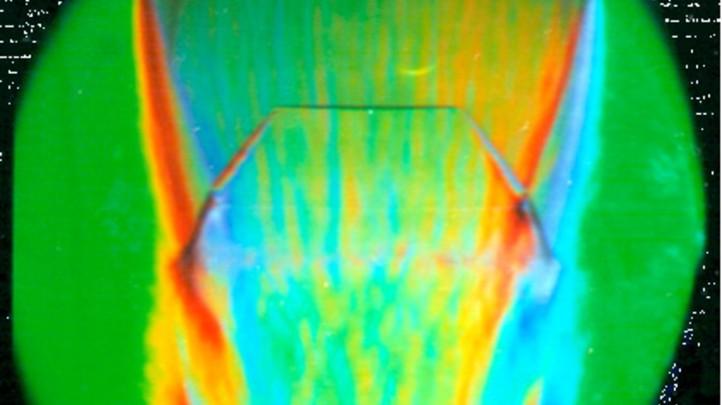 Schlierenaufnahme einer Düsenströmung. Bild: DLR (CC-BY 3.0)