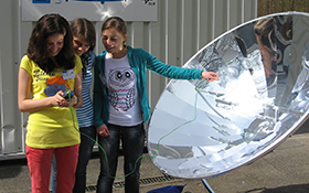 Measuring the temperature at the focus of a parabolic mirror. Credit: DLR