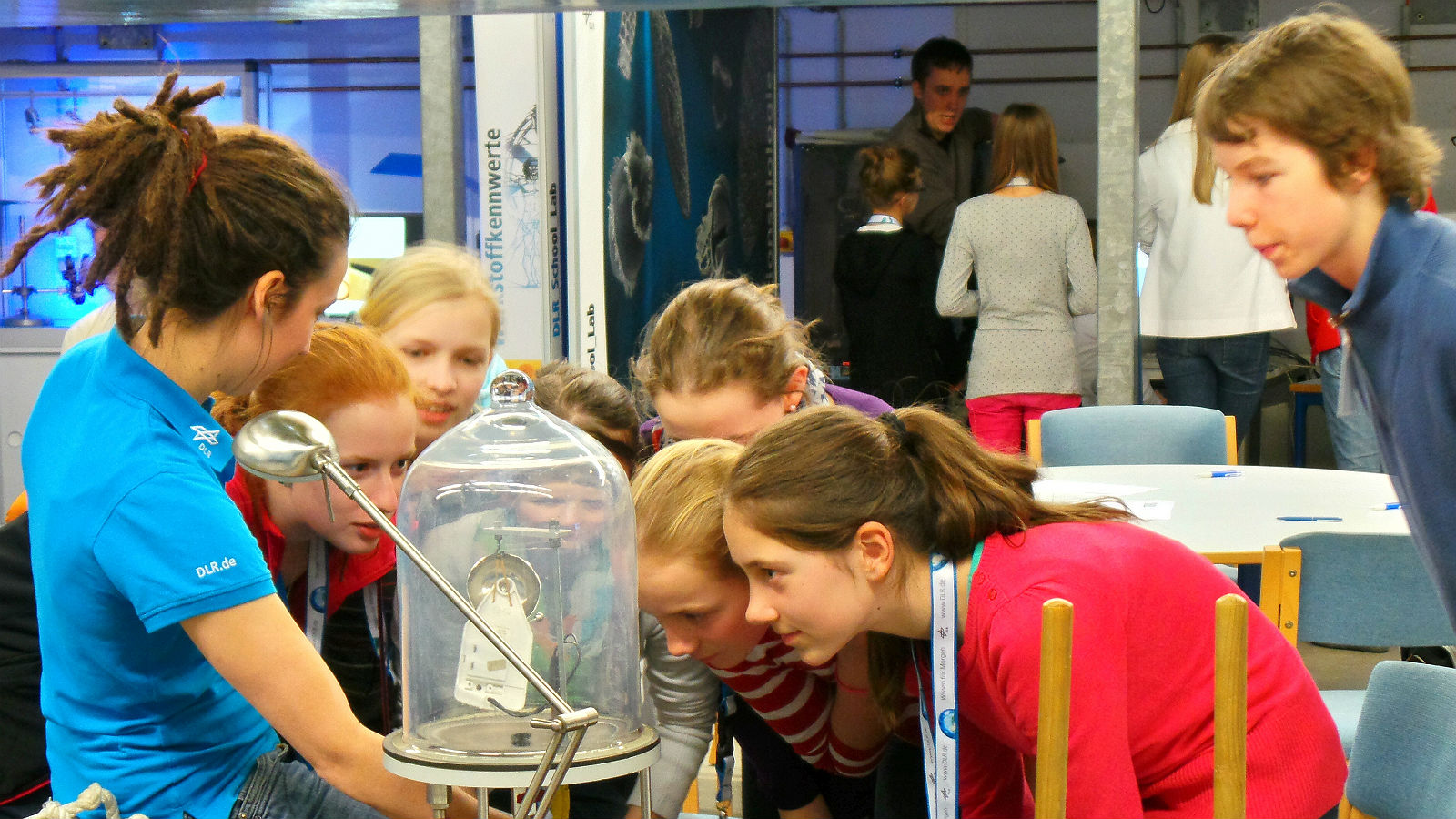 In the DLR_School_Labs students can themselves conduct experiments