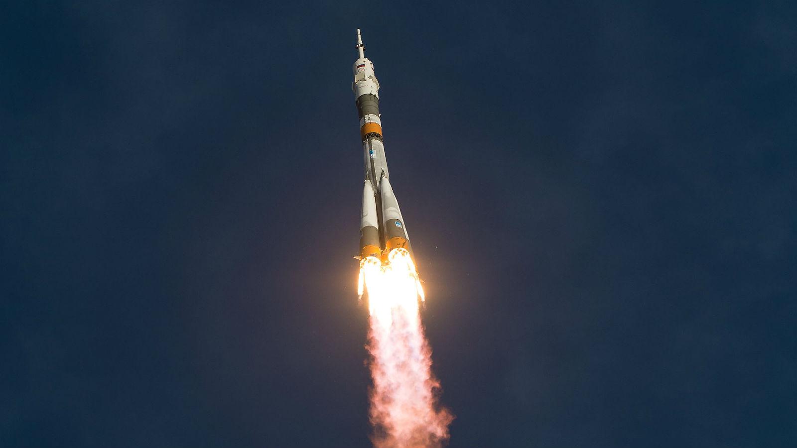 Eine Sojus-Rakete – hier kurz nach dem Start – bringt die Crew zur Raumstation. Bild: NASA