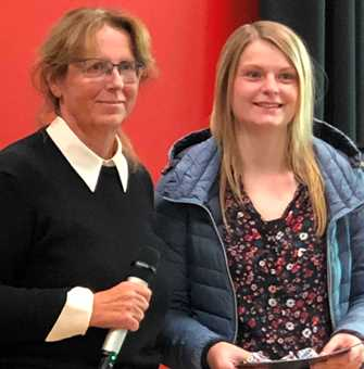 Gina Tlattlik zusammen mit Conference Chair Prof. Dr. Lidija Siller während der Verleihung des Best Power Awards