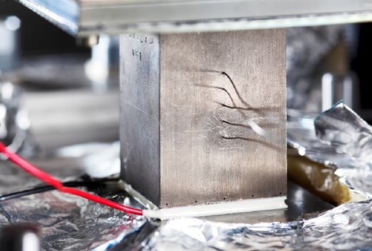 Thermoelektrisches Generatormodul (weiße Platte mit Stromanschlüssen) im Teststand.